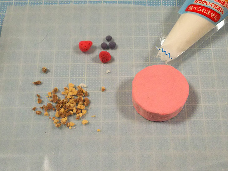ホールケーキの土台と貼り付ける各パーツ