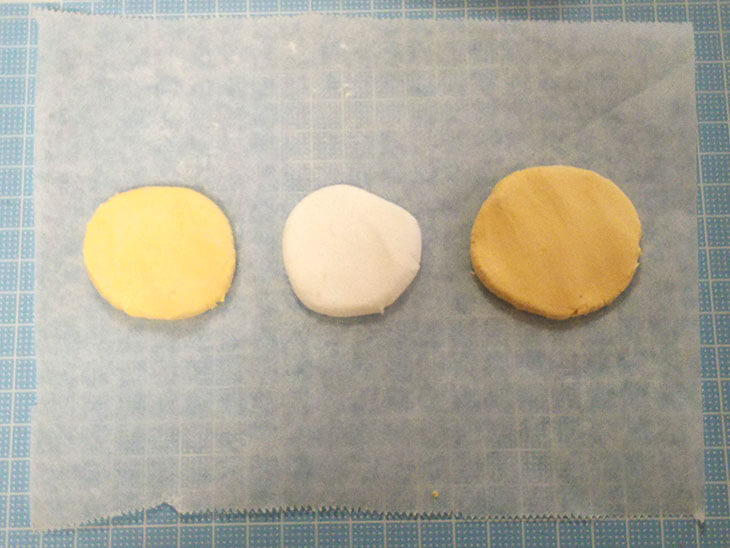 ケーキの土台のスポンジとクリームの紙粘土の様子