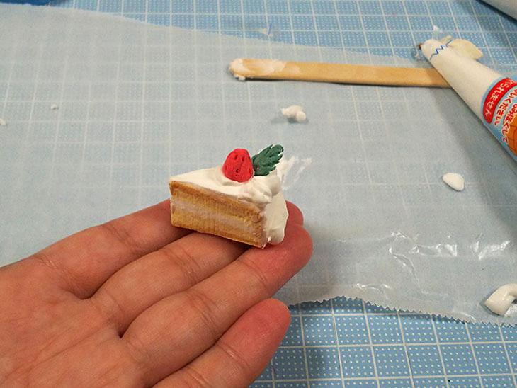 イチゴをトッピングする様子