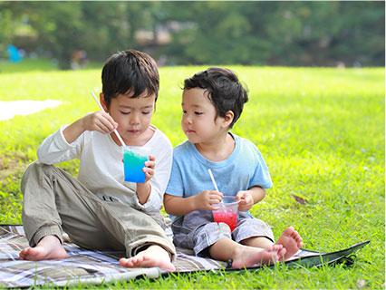 公園でかき氷を食べる兄弟