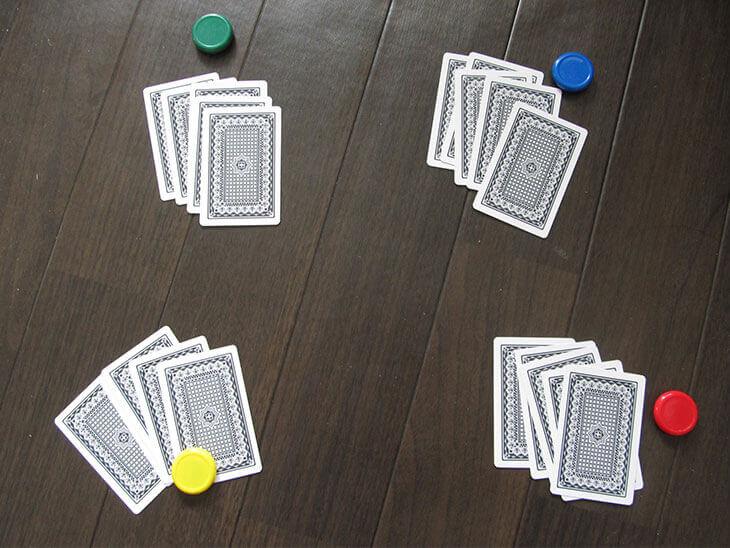 トランプゲーム「ノーカード」でカードを配った様子
