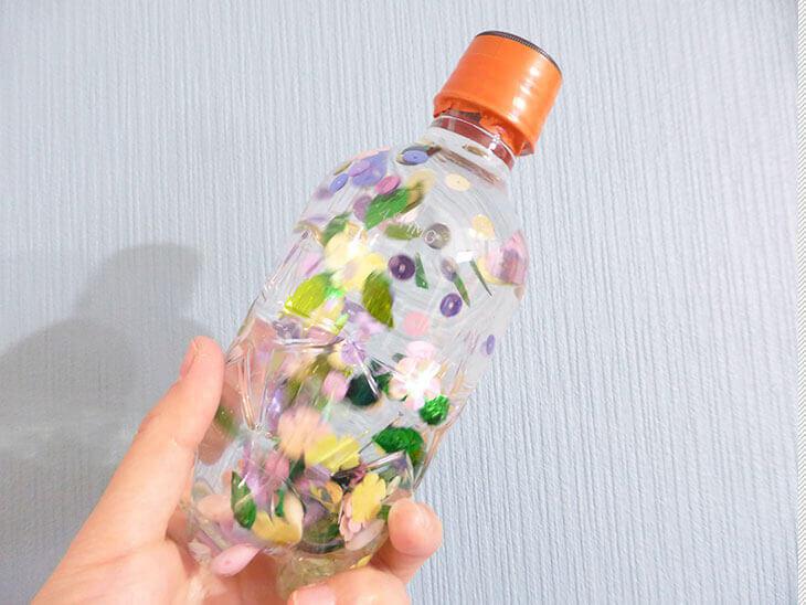 完成したペットボトル工作の幼児向けスノードーム