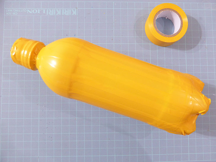 ペットボトルが黄色くコーティングされた様子