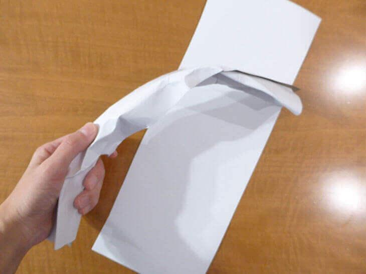 画用紙を手で握って曲げた様子