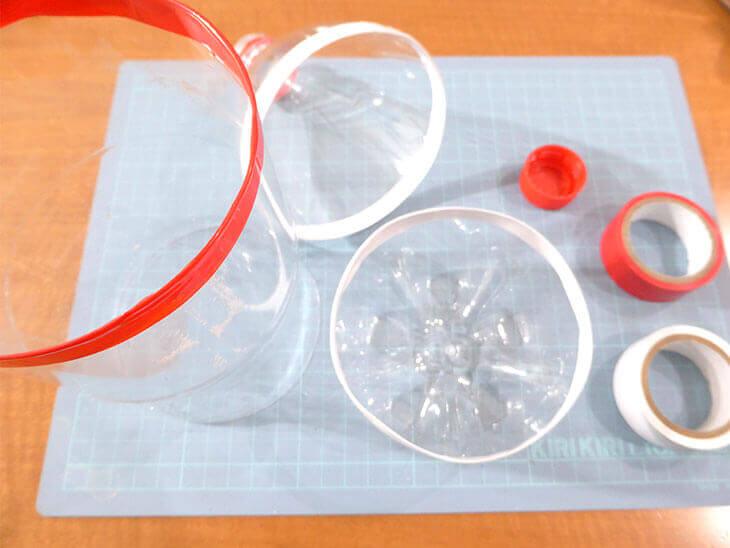 赤と白のビニールテープでペットボトルの切り口を巻いた様子