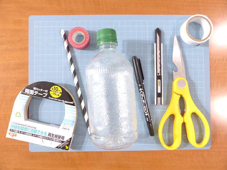 両面テープと小さいペットボトルストローなど貯金箱の材料