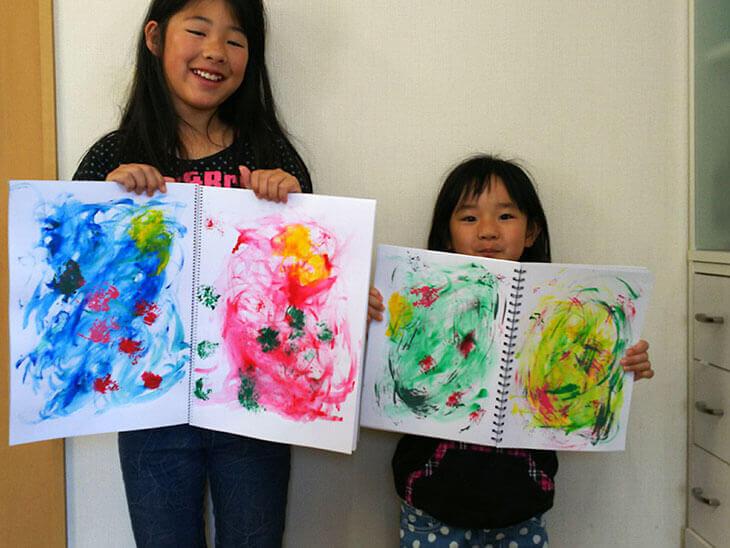 ラップと絵の具で子供が描いたアート作品