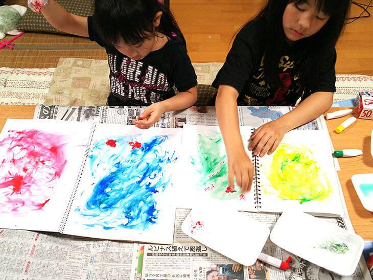 ラップでお絵描きアートをする子供