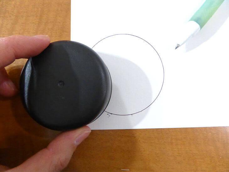黒いフタを使って円を書いた様子