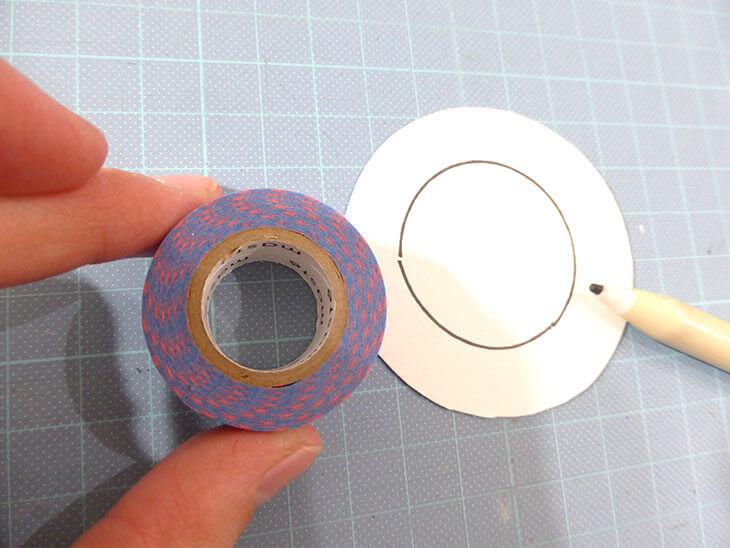 白い厚紙の円の中に小さい円をマジックで書いた様子