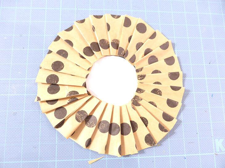 折り紙を円に沿って一周貼ったロゼット台紙