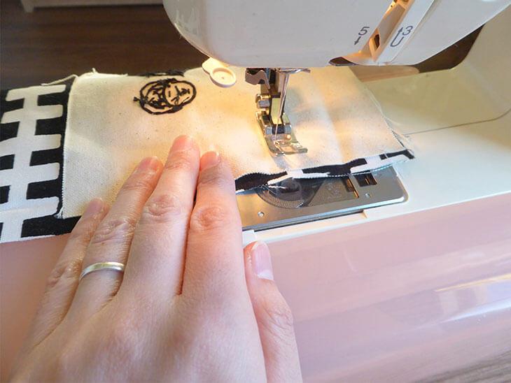 ミシンで縫っているのをやや横から見た様子