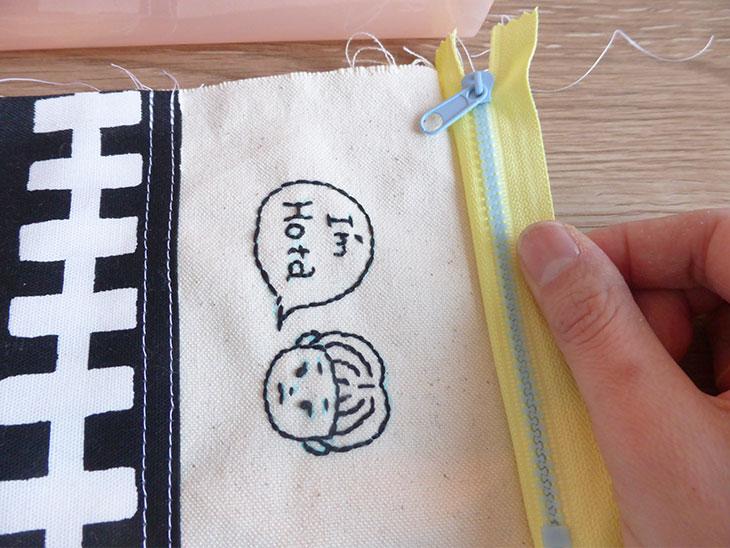 ファスナーを片方だけつけた子供用の首かけ財布