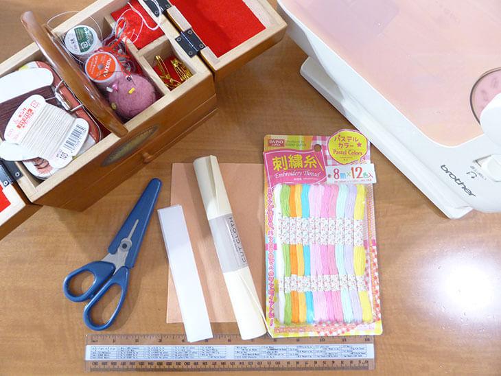 刺繍糸と裁縫箱などの材料