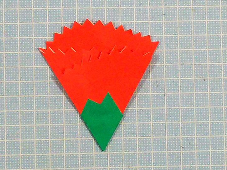 完成した赤い折り紙の平面カーネーション