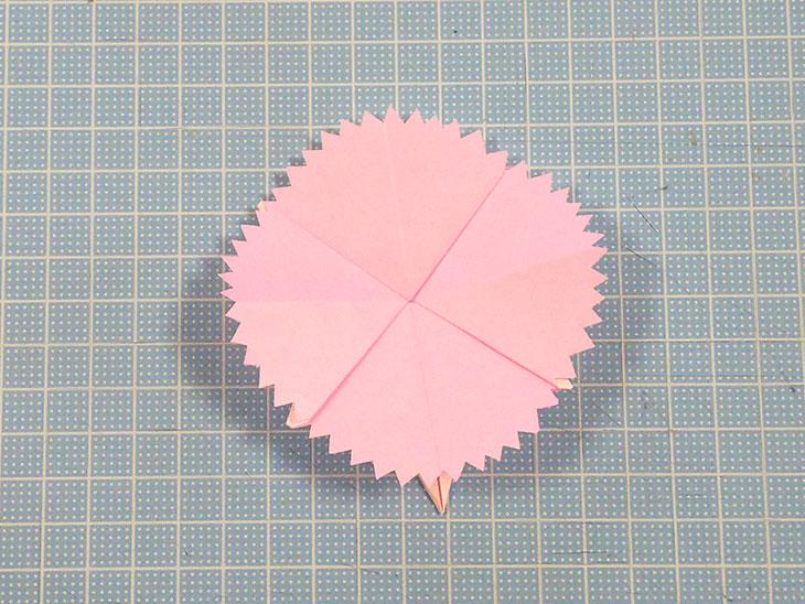 完成した開いた折り紙の平面カーネーション