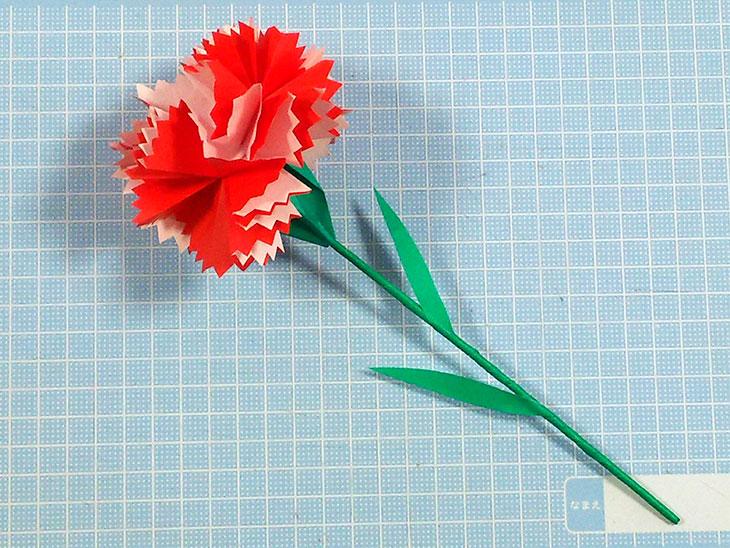 完成した本格的な折り紙の立体カーネーション