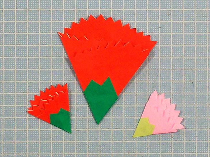 完成した赤とピンクの折り紙の平面カーネーション