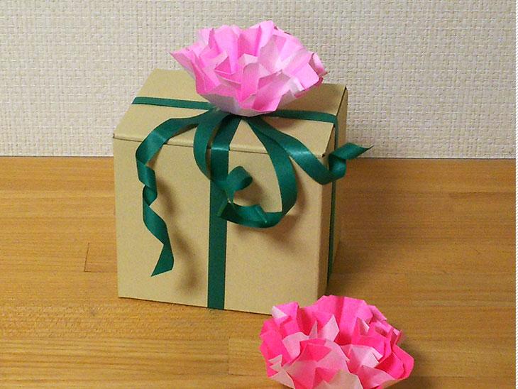 フラットカーネーションの花を使ったプレゼントリボン