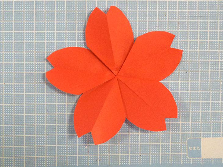 立体感がつく折り方をした折り紙の桜のモチーフ