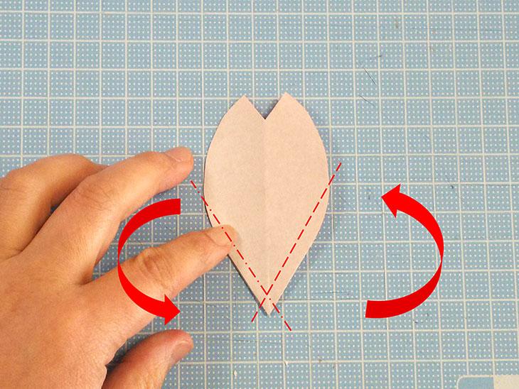折り紙の桜の花びらの作り方の工程2