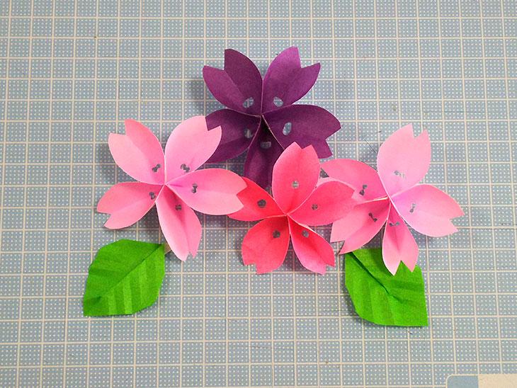 立体的な折り紙の桜の花と葉の完成品