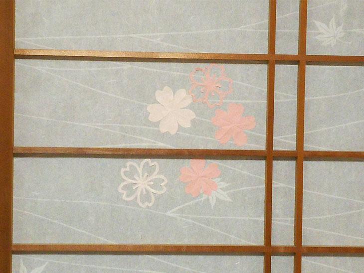 完成した桜の切り絵風モチーフを使った障子の穴隠し