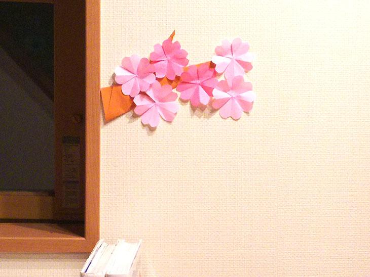 ふっくら可愛い折り紙の桜モチーフの壁面飾り