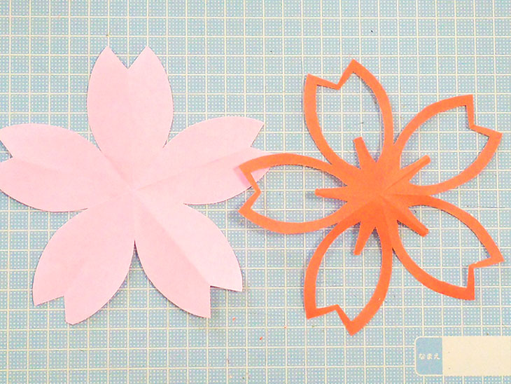 折り紙で作った桜の切り絵モチーフ