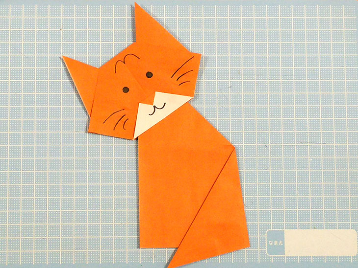 完成した折り紙2枚の全身の猫