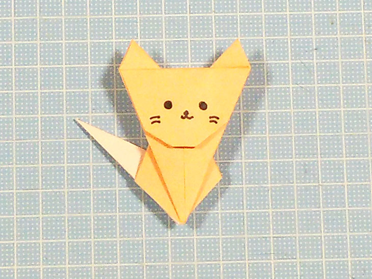 完成した折り紙1枚の全身猫