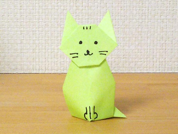 完成した折り紙の立体猫