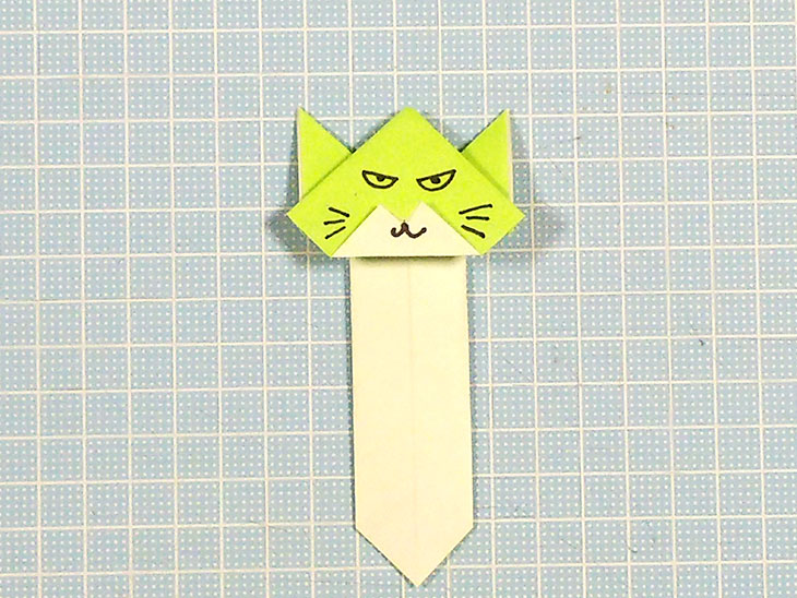 完成した折り紙の挟める猫しおり