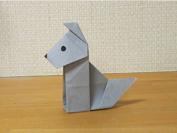 折り紙一枚で作る折り方で完成した立ち耳犬ドーベルマンの全身