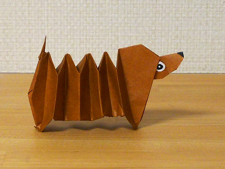 折り紙一枚で作る折り方で完成した動くダックスフンド