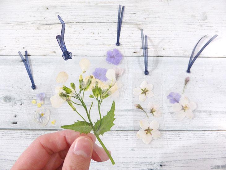 押し花のクリアしおりの完成品