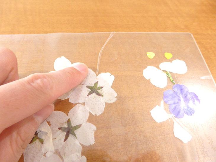 押し花のクリアしおりの工程1-2