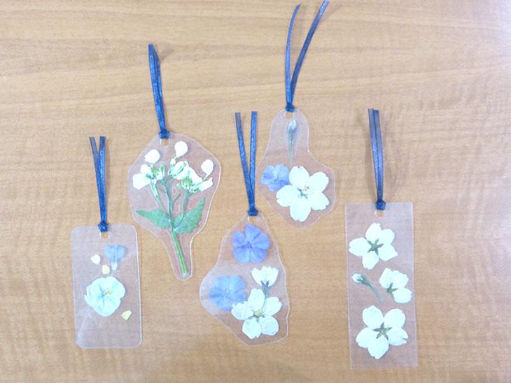 押し花のクリアしおりの作り方の工程3