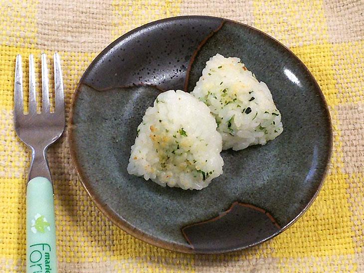 離乳食完了期のおすすめチーズレシピ「磯風味の焼きチーズおにぎり」の完成品