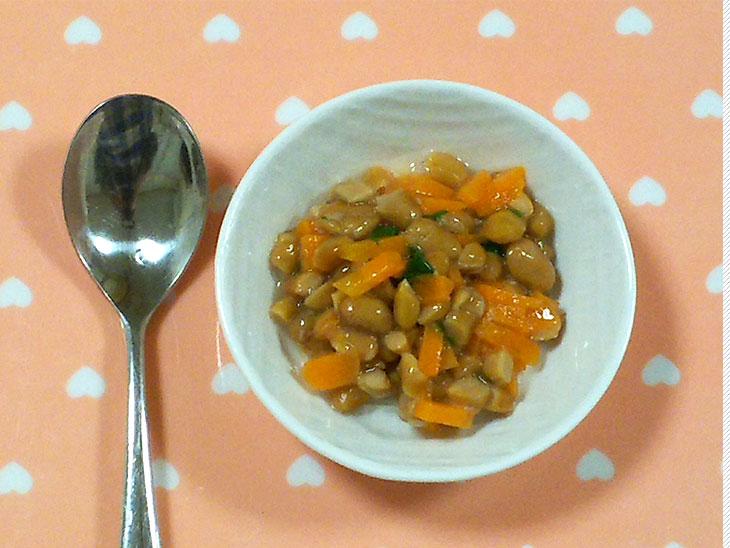 離乳食完了期「にんじんとほうれん草の納豆和えのレシピ」の完成品