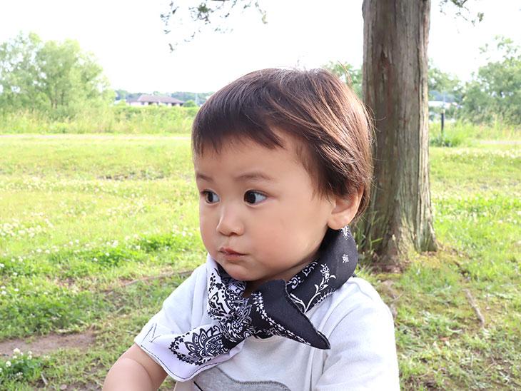完成したバンダナネッククーラーを身に付ける幼児