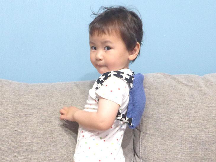 完成した赤ちゃんや幼児用の保冷リュックを背負う幼児
