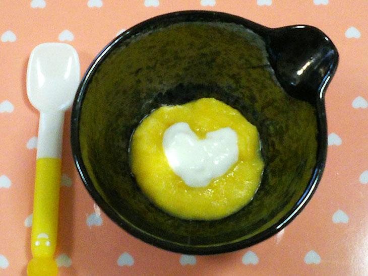 離乳食初期のヨーグルトおすすめレシピ「サツマイモとかぼちゃのヨーグルトソース添え」の完成品