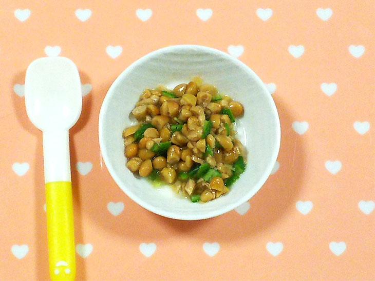離乳食完了期のオクラおすすめレシピ「きざみオクラ入り納豆」の完成品