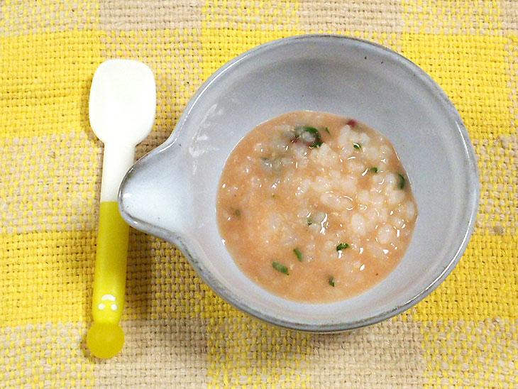 離乳食中期のトマトおすすめレシピ「トマトとほうれん草のミルクリゾット」の完成品