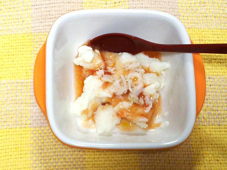 離乳食後期のトマトおすすめレシピ「パン粥のトマトソースがけ」の完成品