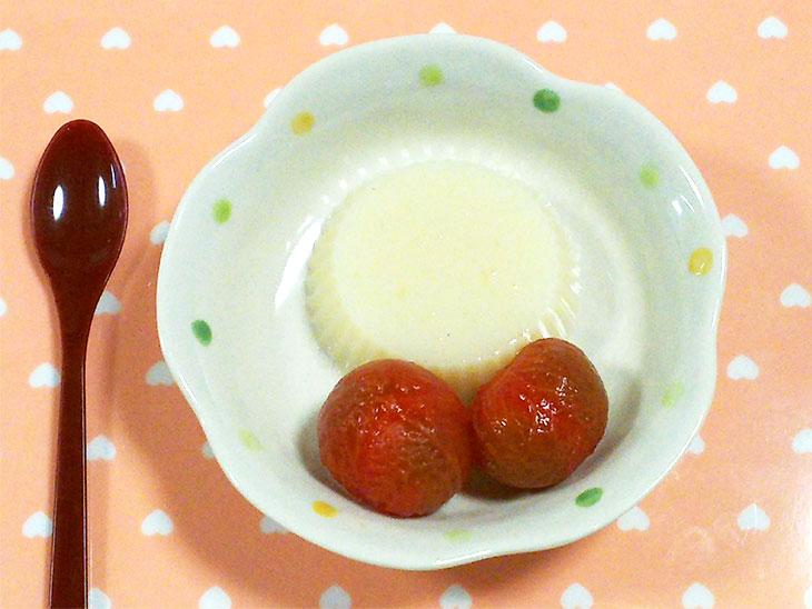 離乳食完了期のトマトおすすめレシピ「ミルク寒のトマトコンポート添え」の完成品