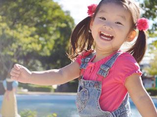 笑顔で外を歩く子供