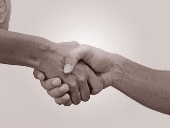 握手する手