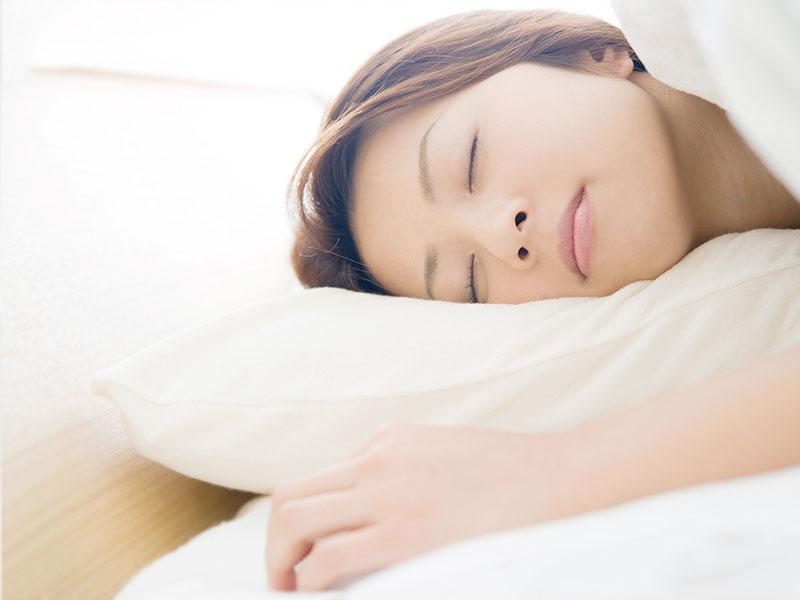 寝る女性の顔